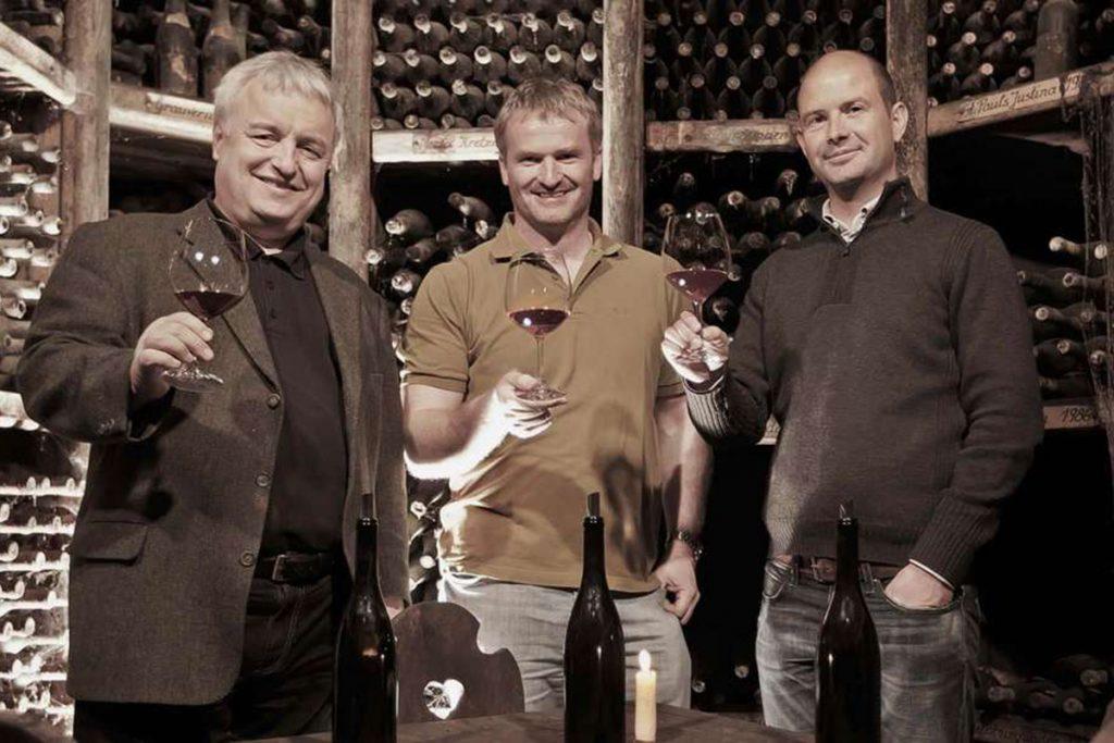 Im oberen Ötztal wird Wein in Gipfelnähe verkostet. Die Gipfelweinmacher: Joachim Heger, Paul Achs und Wolfgang Tratter sind die Väter des Pino 3000