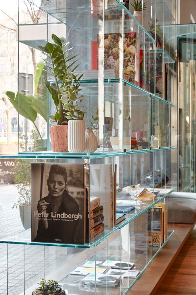 Die Boutique im Erdgeschoss des Hotels unterstützt Barcelonas kreative Szene und präsentiert eine Vielzahl von unabhängigen Designern und Studios wie Gonzalo Cutrina, Olend, Hey Studio, Curated By und Lydia Delgado