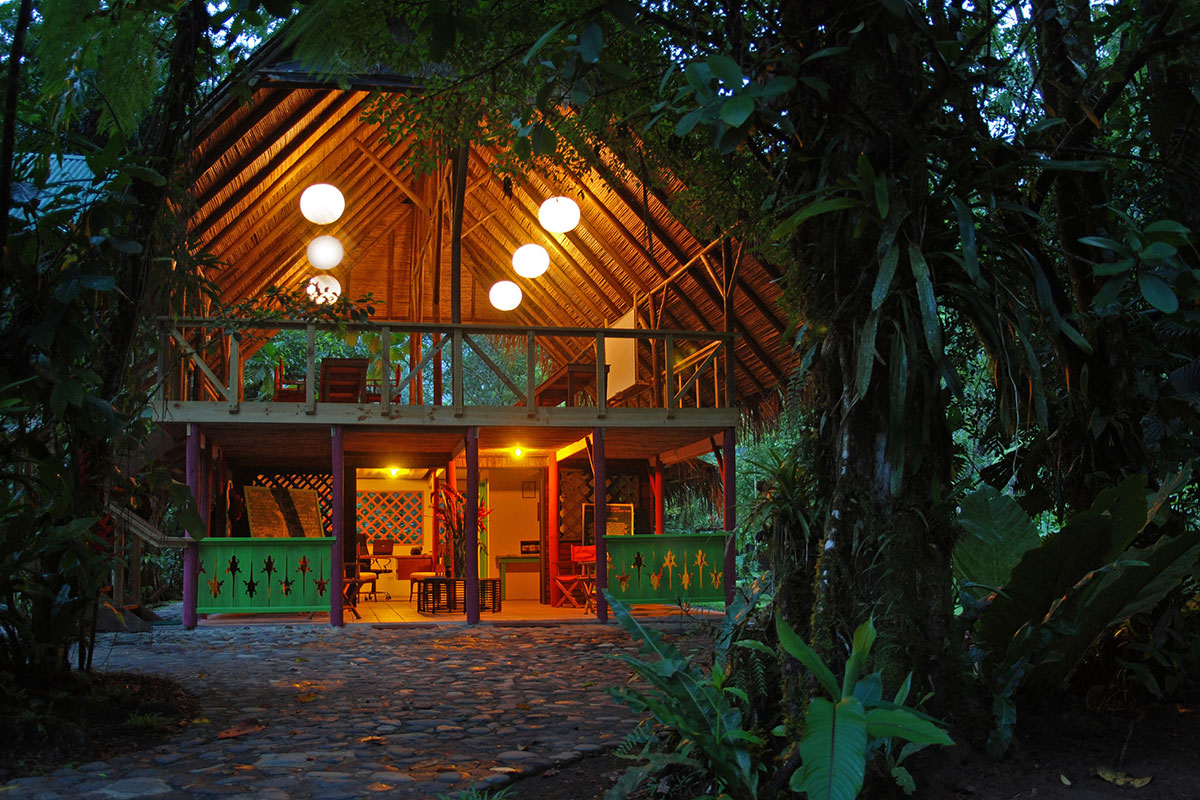 El Silencio Lodge am Abend. Luxusreise