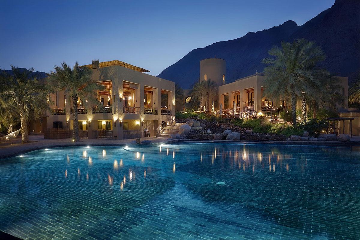 Zighy Bay Pool bei Nacht. Luxusreise