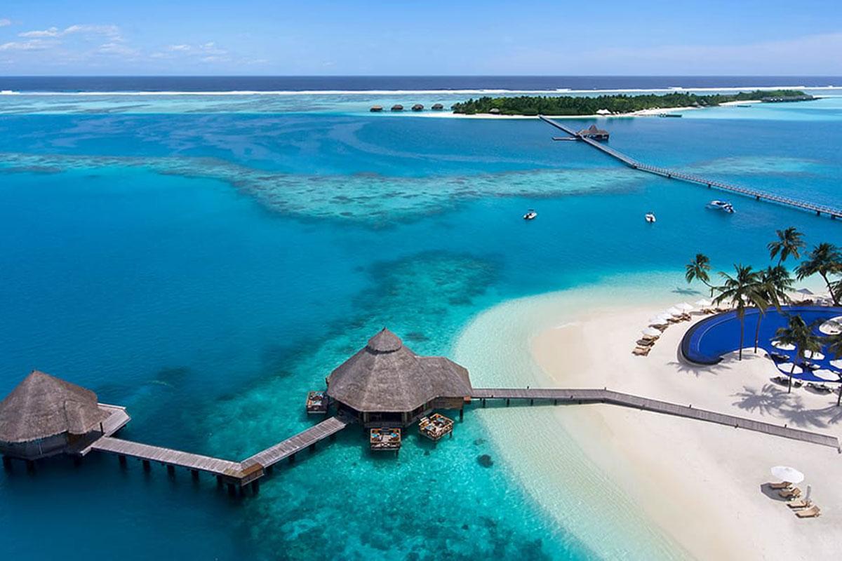 Sobald die Wolken aufreißen ist der Blick beim Anflug auf das Resort nur eines: traumhaft! Luxusreise