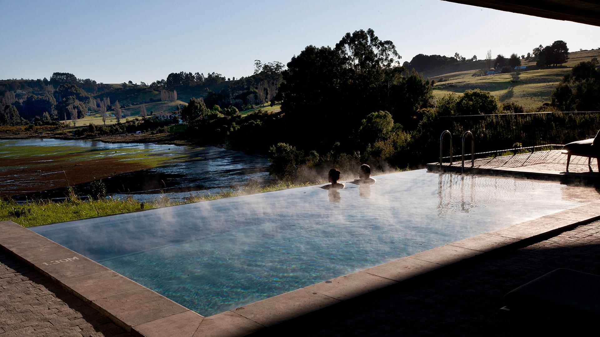 Pool mit großartiger Aussicht im Hotel Tierra Chiloé. Luxusreise