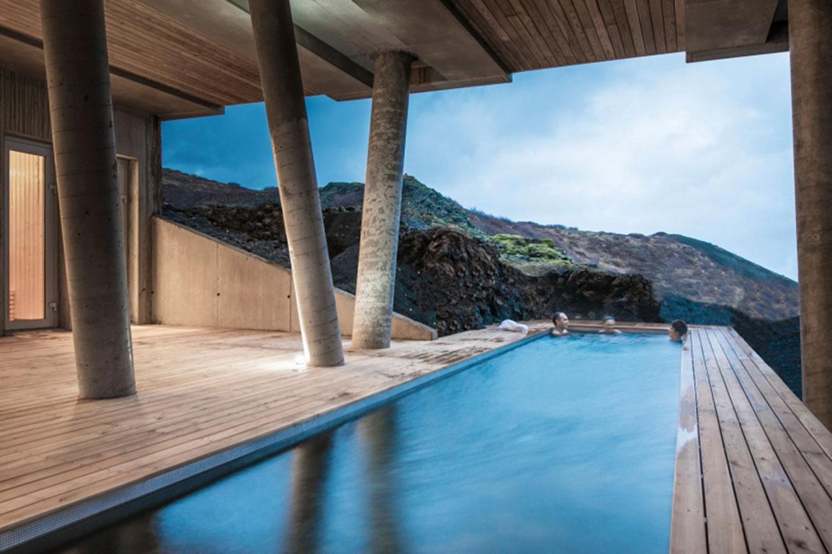 Pure Entspannung im Pool des Mit ein wenig Glück können Sie Polarlichter sehen im ION Adventure Hotels. Luxusreisen