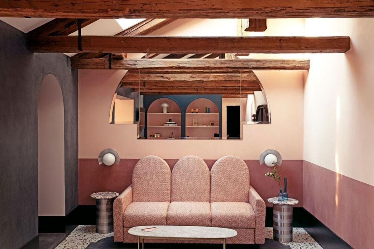Durch die Holzbalken unter der Decke machen die Suiten im Il Experimental besonders gemütlich. Luxusreisen