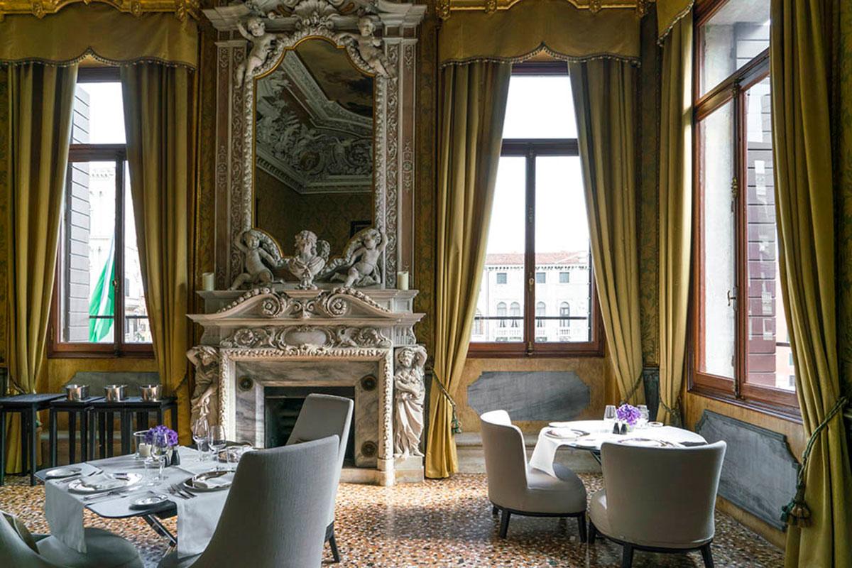 Festlich zu Abend essen im Speisesaal des Hotel Aman Venice. Luxusreisen