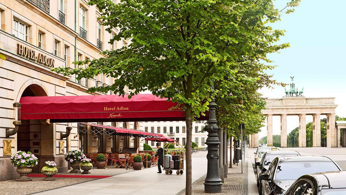 Hotel Adlon mit Blick auf das Brandenburger Tor. Luxusreisen