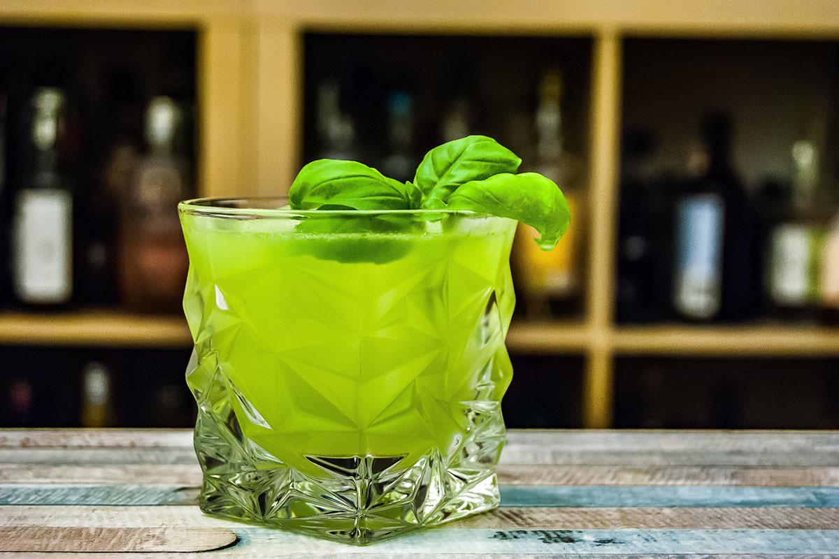 Das beliebte grüne Getränk aus Deutschland: der Gin Basil Smash. Luxusreisen