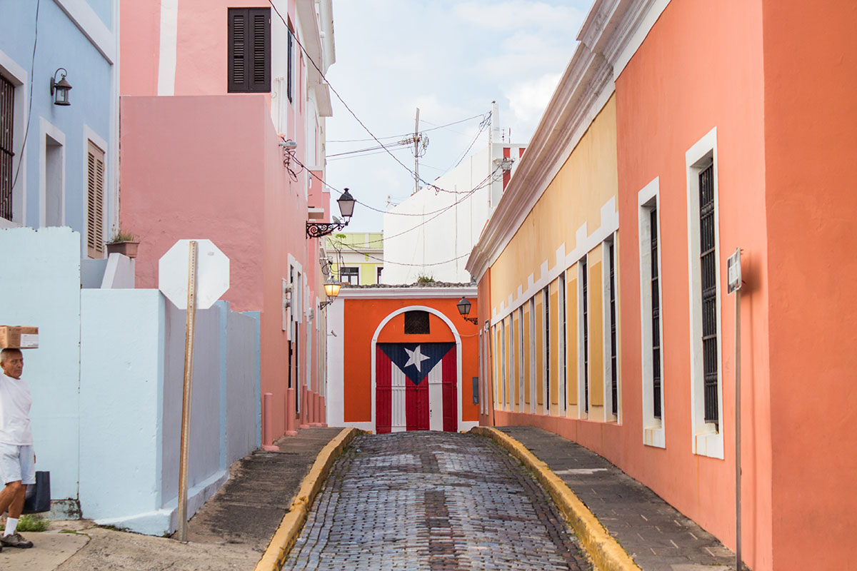 Bunte Straßen in Puerto Rico. Luxusreisen