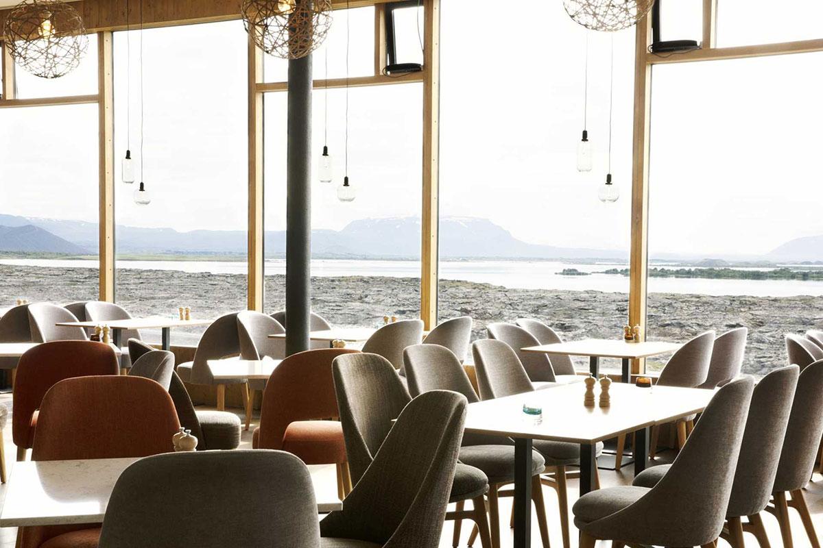 Dinner mit Blick aufs Wasser: Fosshotel Myvatn. Luxusreisen