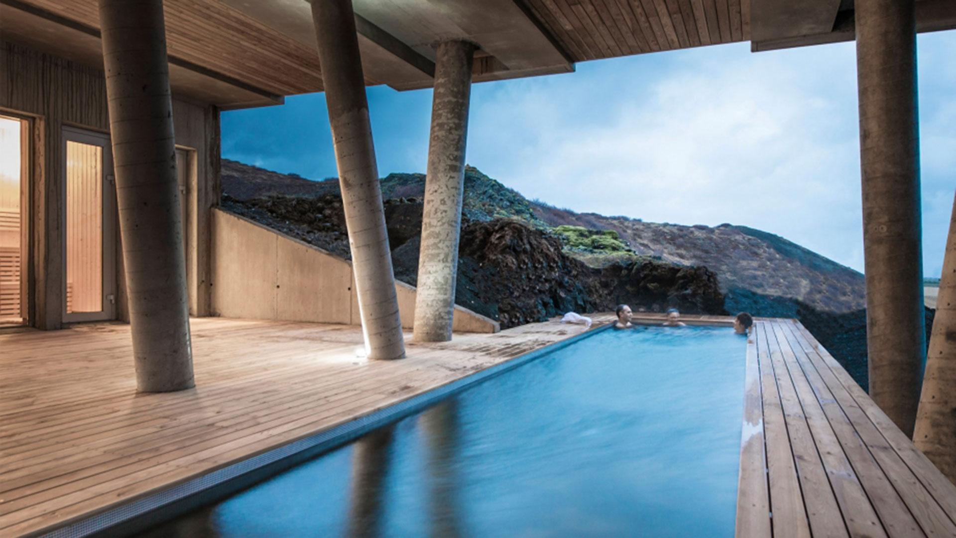 Pure Entspannung im Pool des Mit ein wenig Glück können Sie Polarlichter sehen im ION Adventure Hotels