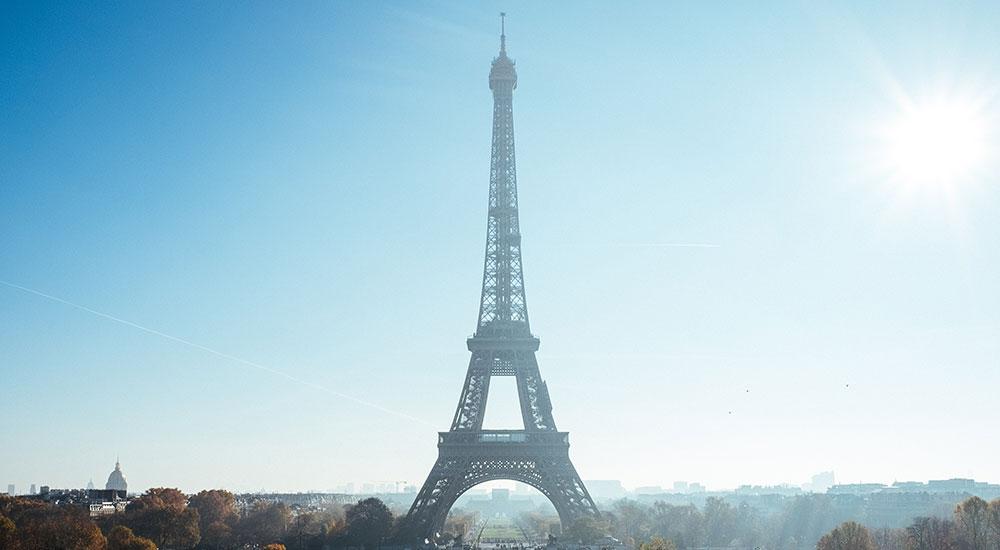 Das Wahrzeichen von Paris: der Eiffelturm. Luxusreisen