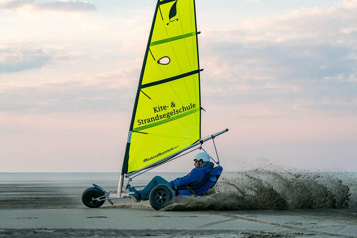 Borkum gehört zu einem der zwei Orte in Deutschland, an denen Urlaubsgäste zu Strandseglern mit Pilotenschein ausgebildet werden können. © Moritz Kaufmann. Luxusreisen
