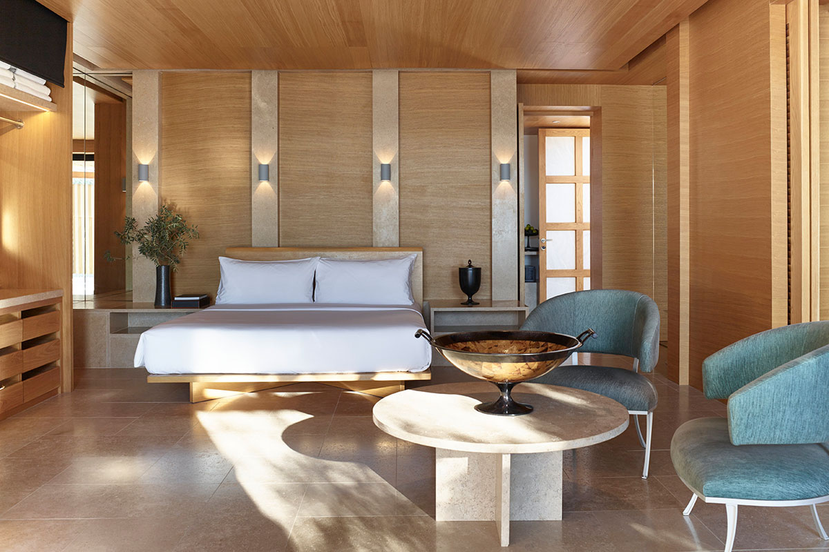 Elegantes Schlafzimmer im Hotel Amanzoe. Luxusreisen