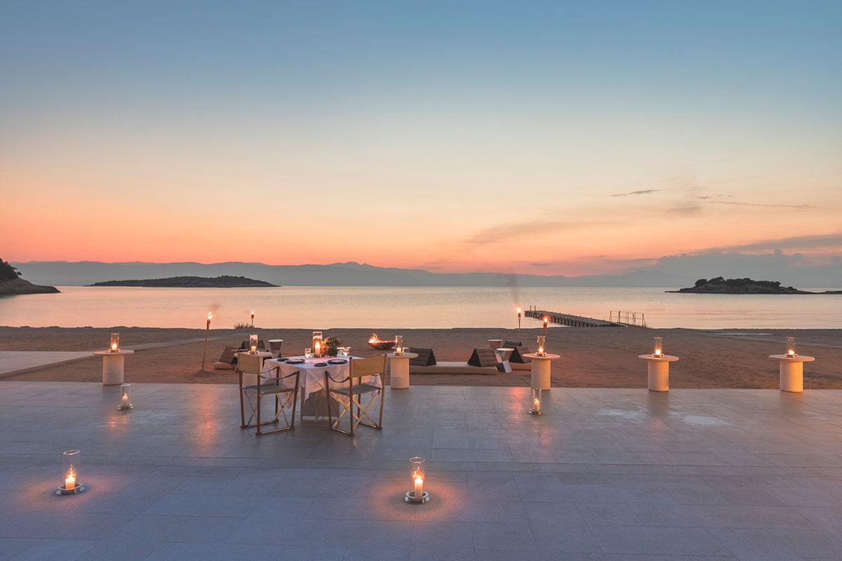 Erleben Sie im Amanzoe ein unvergessliches Dinner bei Sonnenuntergang. Luxusreisen