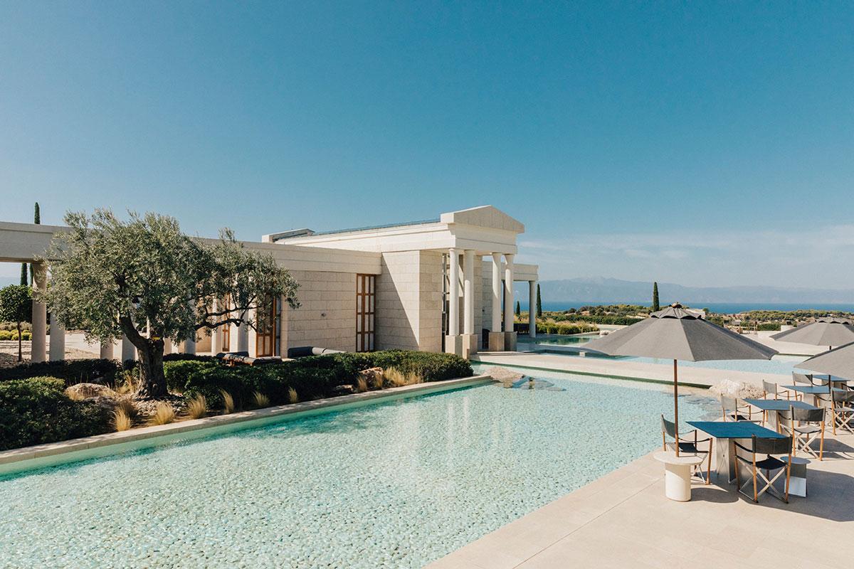 Klassische griechische Architektur trifft Moderne im Hotel Amanzoe. Luxusreisen