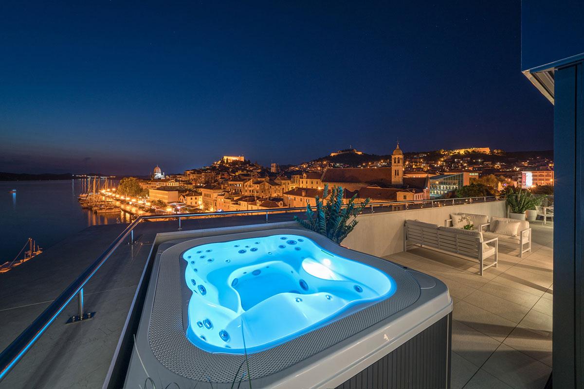 Bellevue Superior City Hotel Sibenik: Whirlpool mit Traumaussicht. Luxusreisen