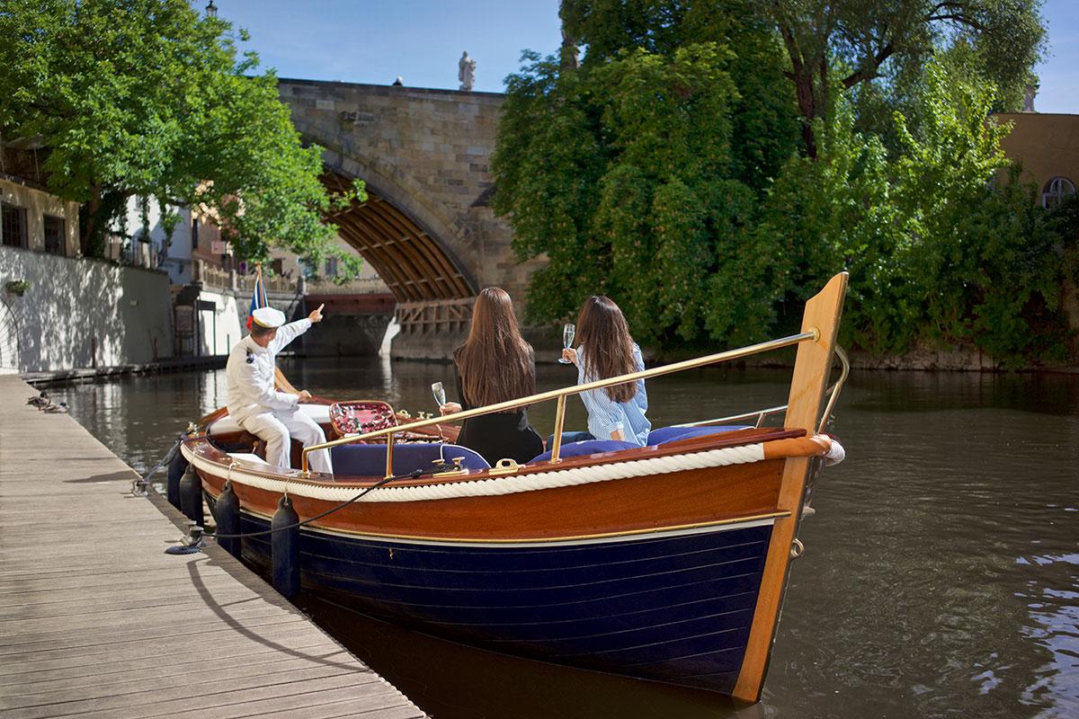 Prag Exklusiv und zu Wasser: eine private Bootstour mit einem Glas Prosecco auf der Moldau. Luxusreisen