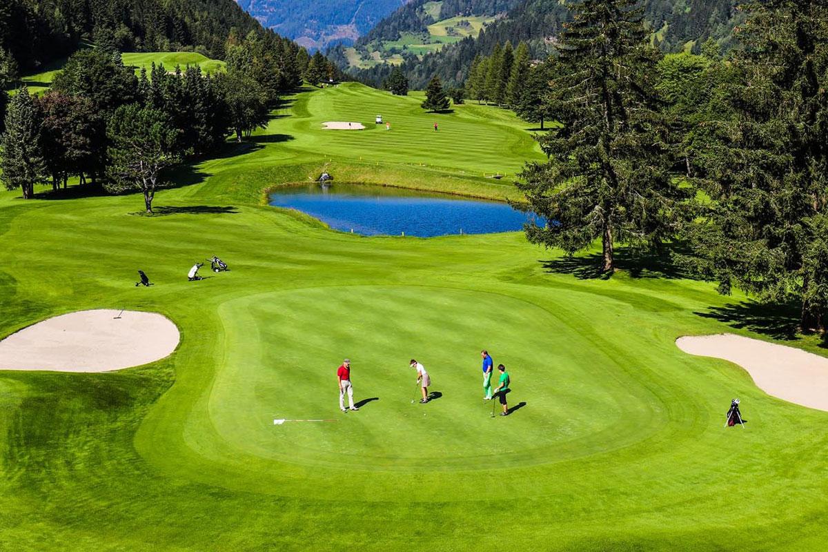 Traumhafte Aussichten genießen auf dem Golfplatz in Bad Kleinkirchheim. Luxusreisen