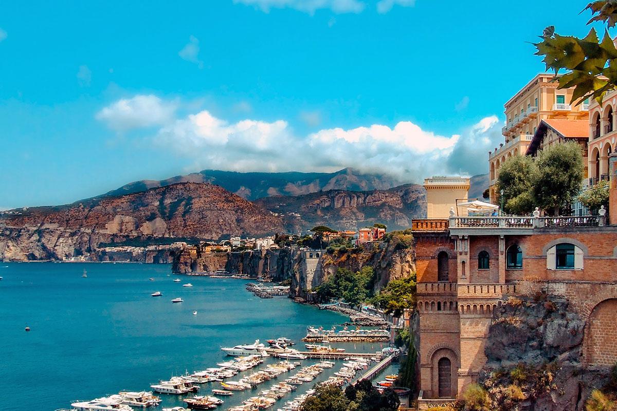 Boote vor Capris wunderschönen Villen. Luxusreisen