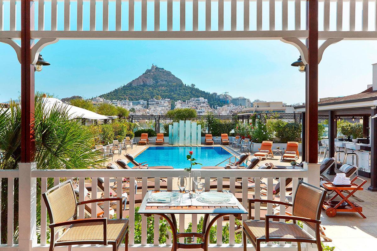 Pool Barmit spektakulärer Aussicht im Hotel Grande Bretagne. Luxusreisen