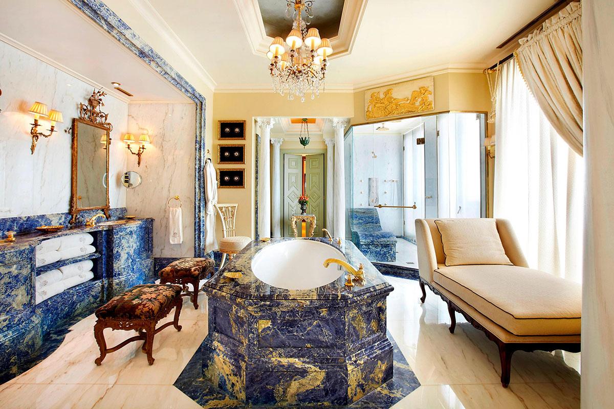 Das prachtvolle Badezimmer in der Royal Suite. Luxusreisen
