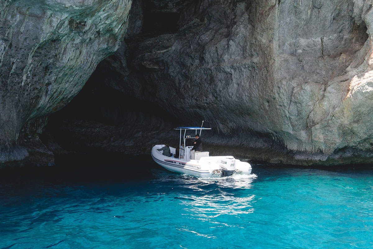 Türkisblaues Wasser soweit das Auge reicht – das ist Capri. Luxusreise
