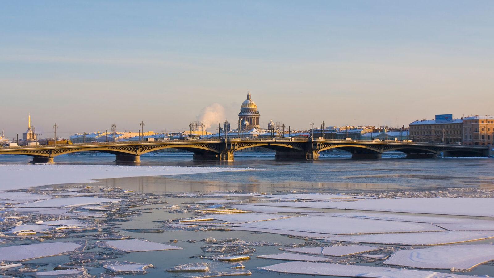Luxusreisen Russland. St. Petersburg, Russland, St. Isaak-Kathedrale und Palastbrücke an der Newa im Winter.