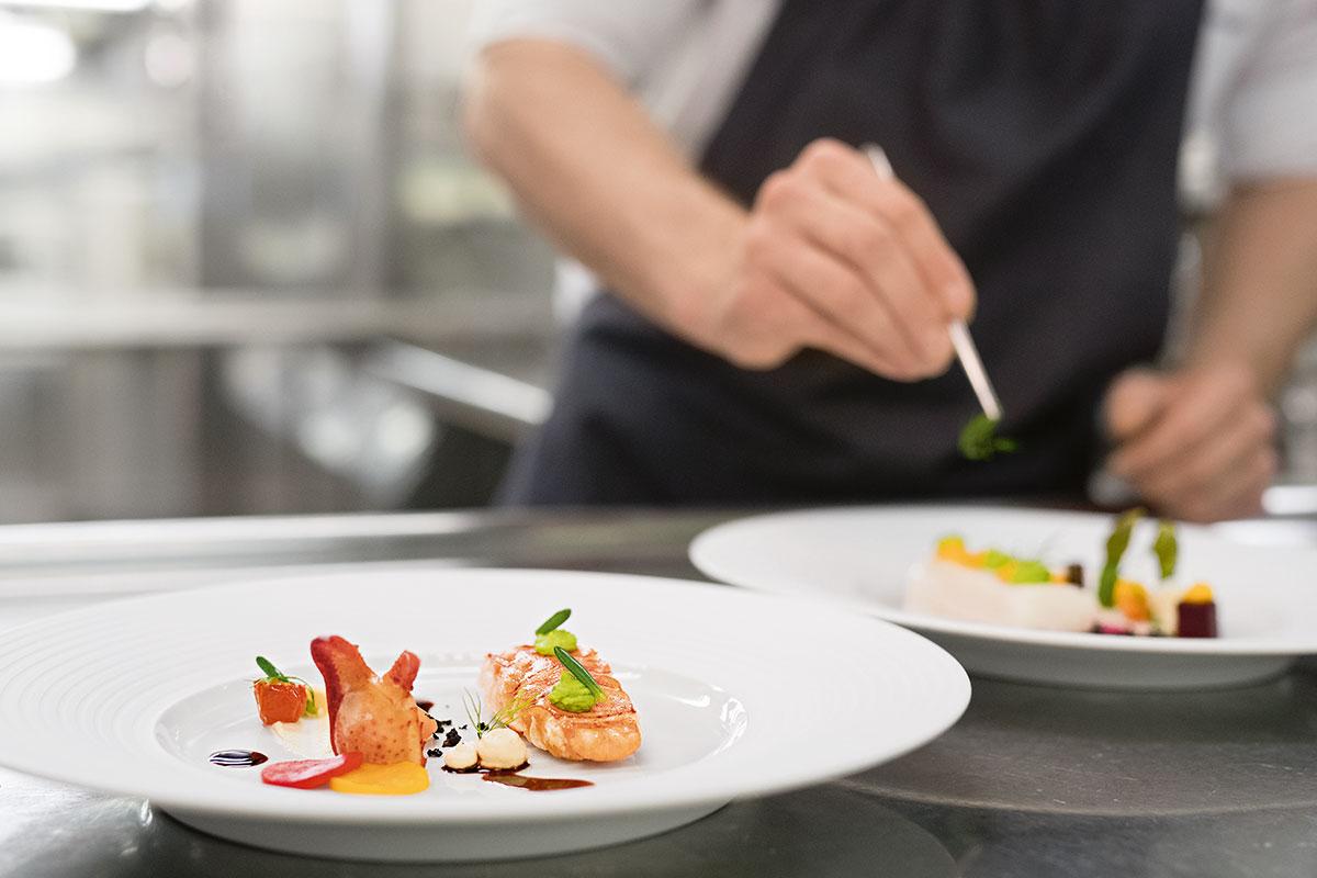 Genießen Sie edles Essen auf der MS Europa. Luxusreisen. Luxus-Kreuzfahrt